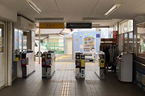 志染駅の西口改札を出ます。